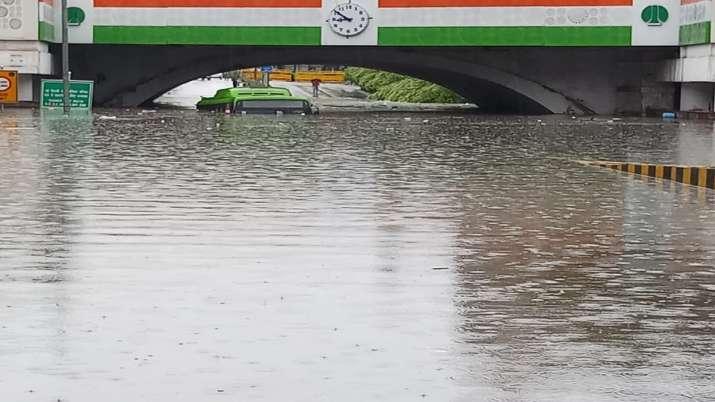 Delhi_Rains_Bus_Submerged_UpdateNews360