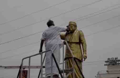 Minister Clean MGR Statue - Updatenews360