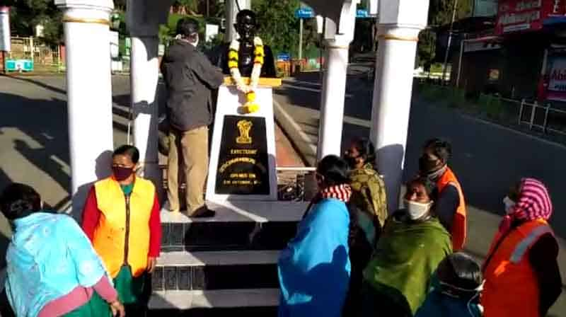 Gandhi Statue Scavengers 1 - updatenews360